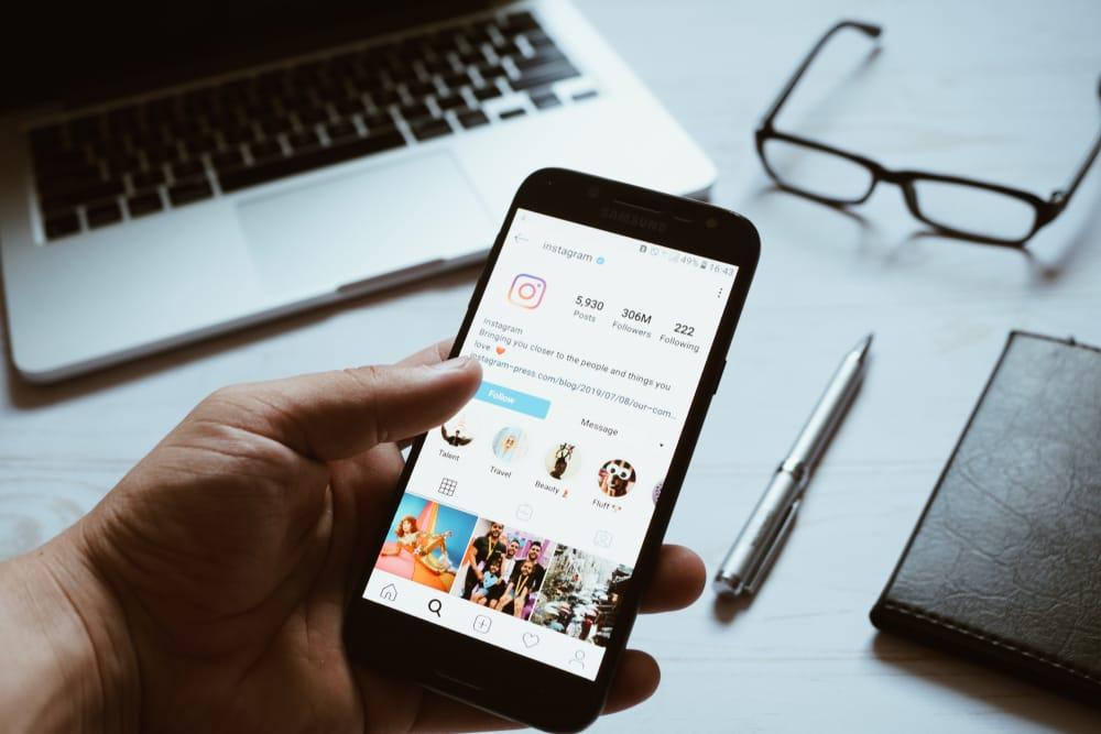chico-usando-instagram-movil