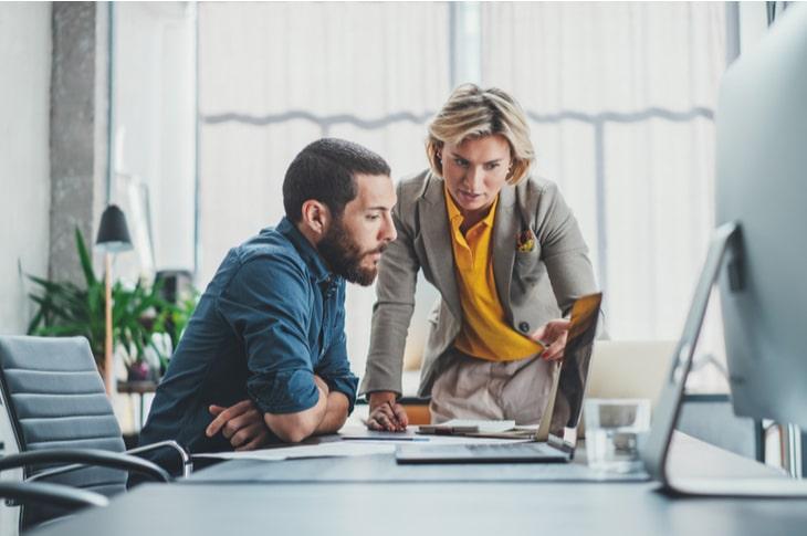 Equipos de marketing y BI trabajando juntos