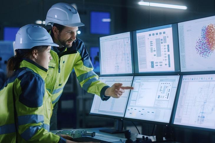 Ingenieros monitorizando datos visualizados en seis pantallas